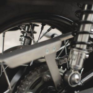 osłona-łańcucha-alu-sw-motech-triumph-bonneville-speed-street-thruxton-srebrna-monsterbike-pl