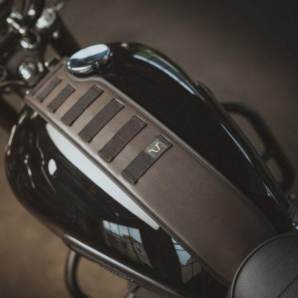 pas-mocujący-torby-akcesoryjne-sla-legend-gear-sw-motech-triumph-models-brązowy-monsterbike-pl-2