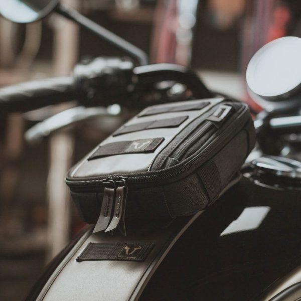 pas-mocujący-torby-akcesoryjne-sla-legend-gear-sw-motech-triumph-models-brązowy-monsterbike-pl-3